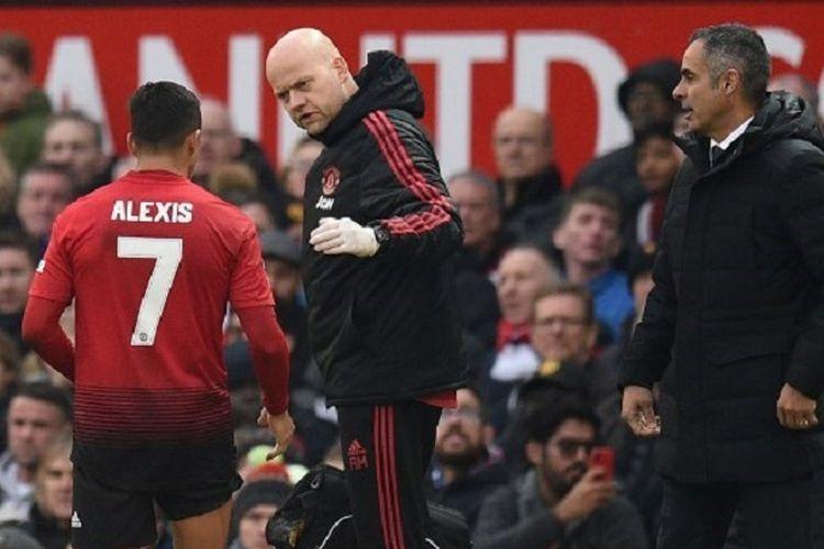 Alexis Sanchez ditarik keluar pada pertandingan Manchester United vs Reading di Stadion Old Trafford dalam babak ketiga Piala FA, 5 Januari 2019.
