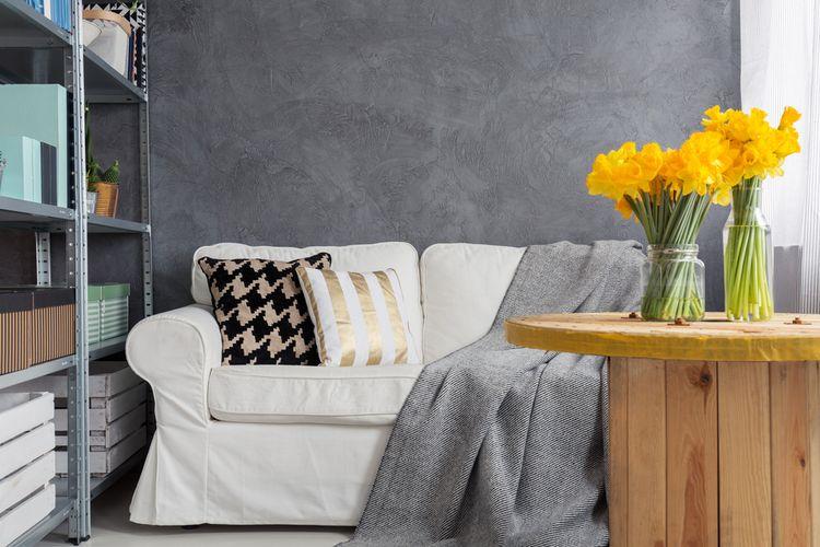 Ilustrasi ruang tamu sempit, sofa di ruang tamu.