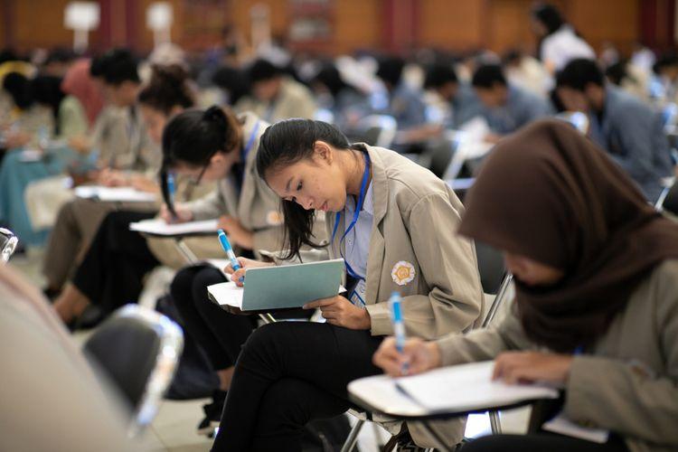 Tes seleksi Djarum Beasiswa Plus di Yogyakarta diikuti oleh ratusan mahasiswa yang memenuhi beberapa persyaratan antara lain; memiliki IPK minimal 3,00 dan aktif berorganisasi.