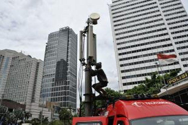 Ilustrasi: Perakitan Compact Mobile Base Transceiver atau BTS mobile Telkomsel di sekitar Bundaran Hotel Indonesia beberapa waktu lalu.