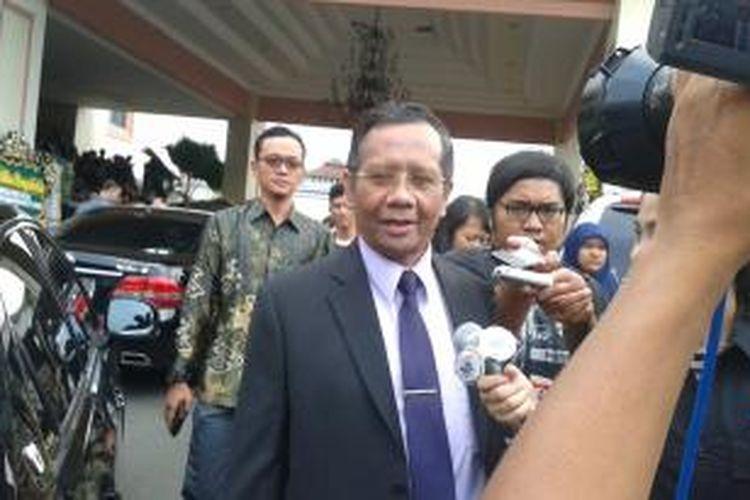 Mahfud MD seusai menghadiri acara pengukuhan Hendropriyono sebagai profesor, di Balai Sudirman, Jakarta, Rabu (7/5/2014)