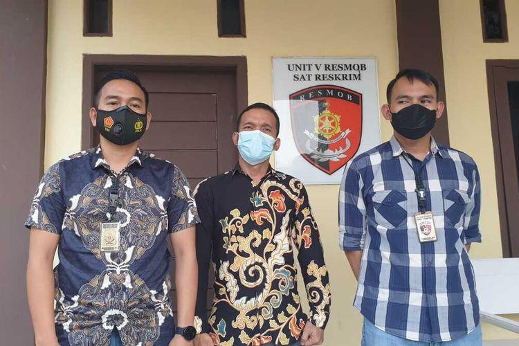 Pelaku Penganiayaan dan mengaku anggota Polda Banten ditangkap, Jumat (7/5/2021). Pelaku (tengah) dihadirkan di Polres Lebak.