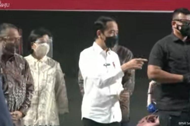Presiden Joko Widodo meninjau pelaksanaan vaksinasi Covid-19 untuk pelaku jasa sektor keuangan di Tennis Indoor, Kompleks Gelora Bung Karno, Senayan, Rabu (16/6/2021).