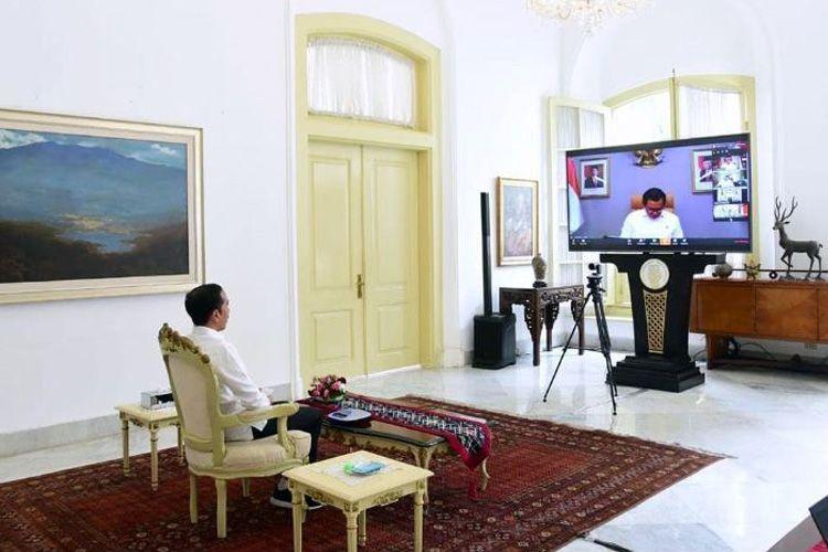 Presiden Jokowi melakukan rapat terbatas dengan sejumlah menteri menggunakan fasilitas video conference, Senin (16/3/2020). Langkah ini diambil demi mengantisipasi peredaran virus corona.