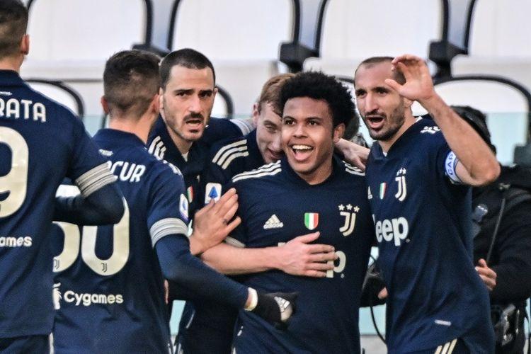 Gelandang Juventus, Weston McKennie (tengah) merayakan gol ke gawang Bologna pada laga lanjutan pekan ke-19 Liga Italia di Stadion Allianz, Turin, Minggu (24/1/2021) malam WIB.