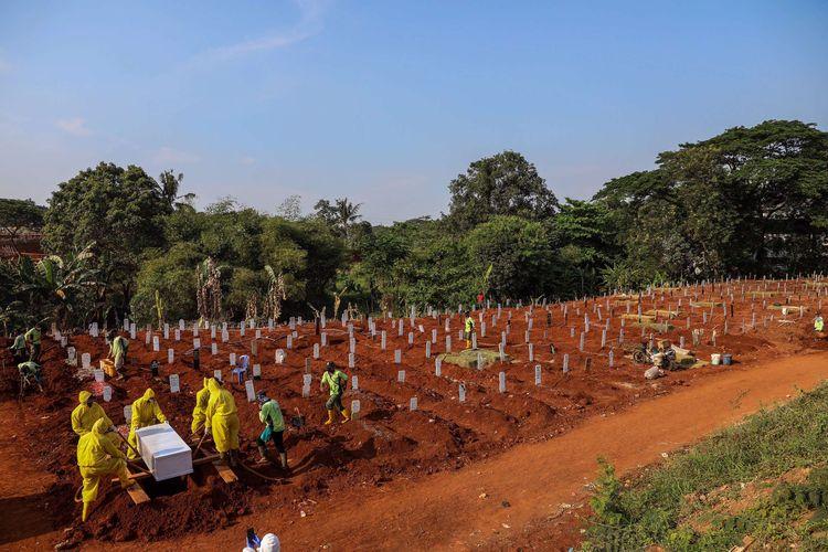 Petugas pemakaman membawa peti jenazah pasien suspect virus corona atau Covid-19 di TPU Pondok Rangon, Jakarta Timur, Kamis (9/9/2020). Petugas administrasi TPU Pondok Ranggon mengatakan saat ini jumlah makam yang tersedia untuk jenazah dengan protokol COVID-19 tersisa 1.069 lubang makam, dan diperkirakan akan habis pada bulan Oktober apabila kasus kematian akibat COVID-19 terus meningkat.