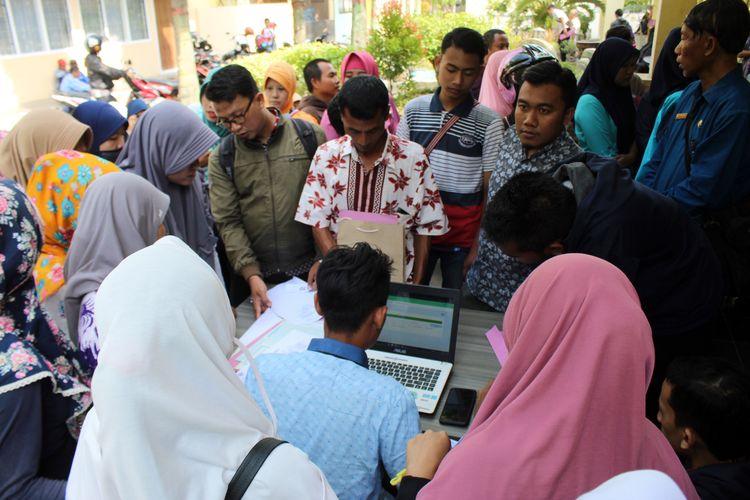 Sejumlah calon wali murid SMP melakukan verifikasi dan validasi data di Kantor Dinas Pendidikan dan Kebudayaan Kabupaten Jombang Jawa Timur, Selasa (18/6/2019).