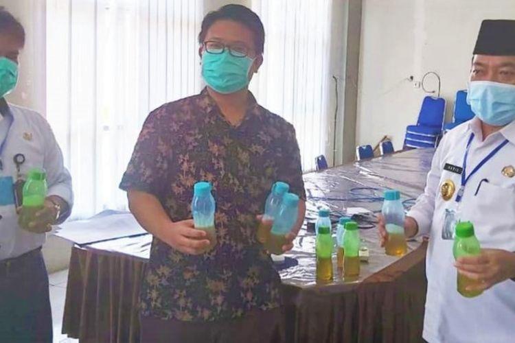 Bupati Merangin, Al Haris saat menunjukkan ramuan daun sungkai yang diklaim dapat membantu penyembuhan pasien Covid-19