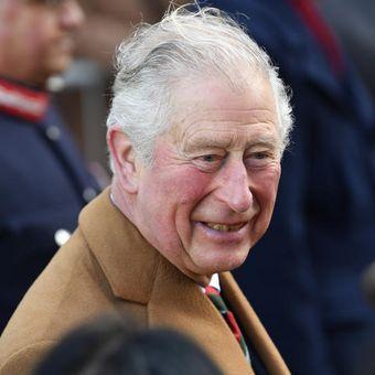Pangeran Charles saat mengunjungi Leicester Market di Leicester, Inggris, pada 11 Februari 2020. Rabu (25/3/2020) pria berjuluk Prince of Wales ini dinyatakan positif mengidap virus corona.