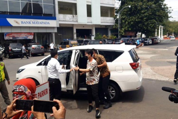 Wali Kota Solo Gibran Rakabuming Raka turun dari mobil dinasnya Toyota Innova putih.