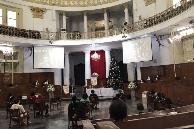 Pendeta Michiko Pinaria Saren yang memimpin Misa Natal mendoakan para jemaat yang masih berjuang karena terpapar Covid-19 dan pemerintah serta TNI Polri.