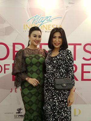 Founder dan Creative Director Wanda House of Jewels, Wanda Ponika (kiri) bersama desainer Ayu Mirah seusai show kolaborasi mereka di Plaza Indonesia, Jakarta Pusat, beberapa waktu lalu.