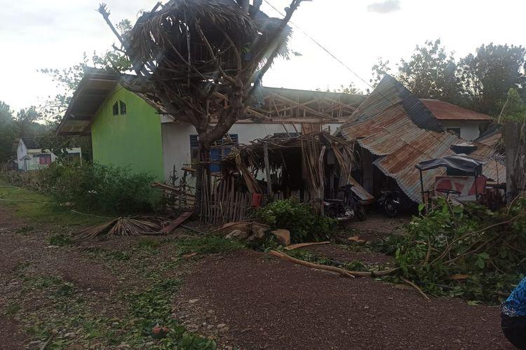 Rumah warga di Kabupaten Sabu Raijua, NTT yang rusak diterjang badai Seroja