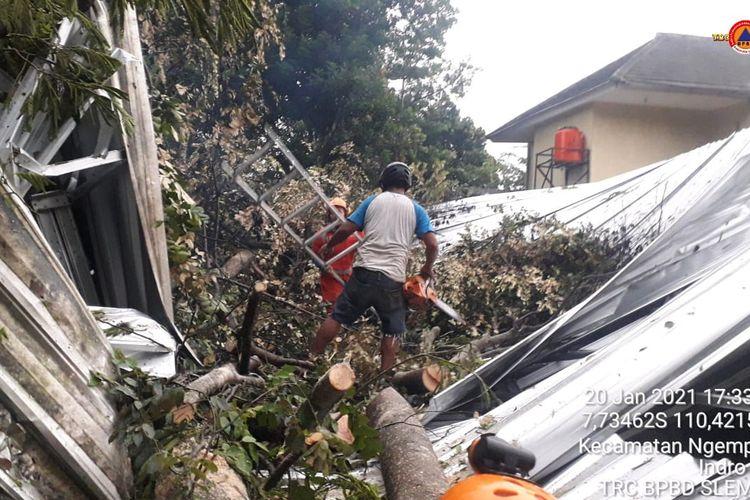 Rumah warga di Sleman, Daerah Istimewa Yogyakarta, rusak berat setelah diterjang angin kencang pada Rabu (20/1/2021).