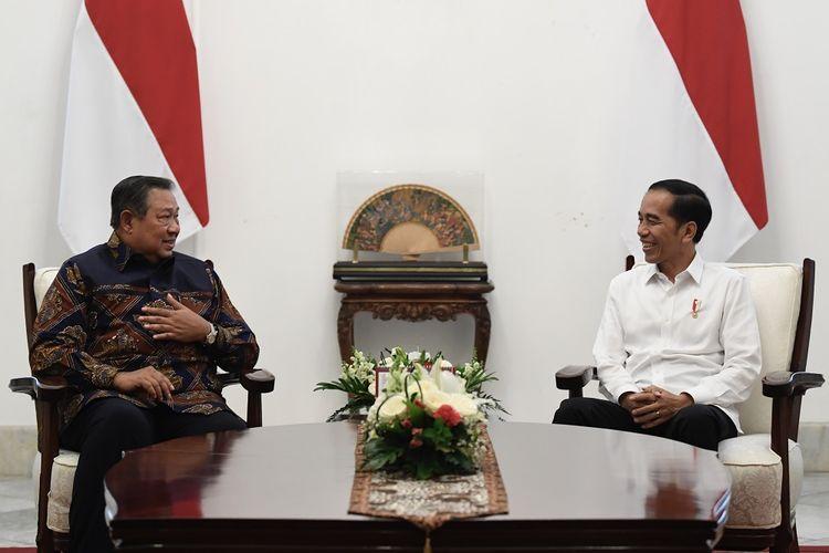 Presiden Joko Widodo (kanan) berbincang dengan mantan Presiden Susilo Bambang Yudhoyono dalam pertemuan di Istana Merdeka, Jakarta, Kamis (10/10/2019). ANTARA FOTO/Puspa Perwitasari/foc.