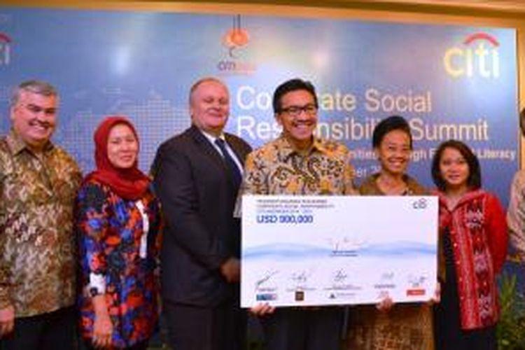 Citi Country Officer Tigor M. Siahaan bersama Deputi Komisioner Bidang Edukasi dan Perlindungan Konsumen OJK Sri Rahayu Widodo (ketiga kanan) berfoto bersama penerima dana Citi Peka