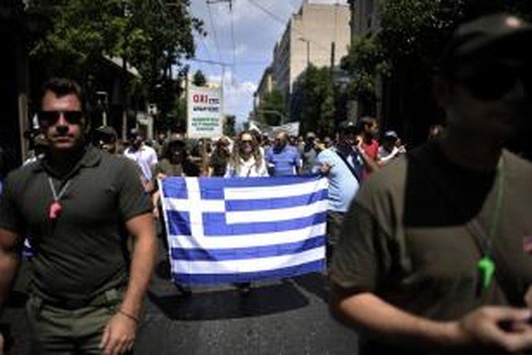 Para anggota kepolisian Yunani ikut dalam unjuk rasa menentang rencana pemerintah memangkas jumlah pegawai negeri sebagai salah satu syarat pengucuran bantuan finansial untuk negeri itu.