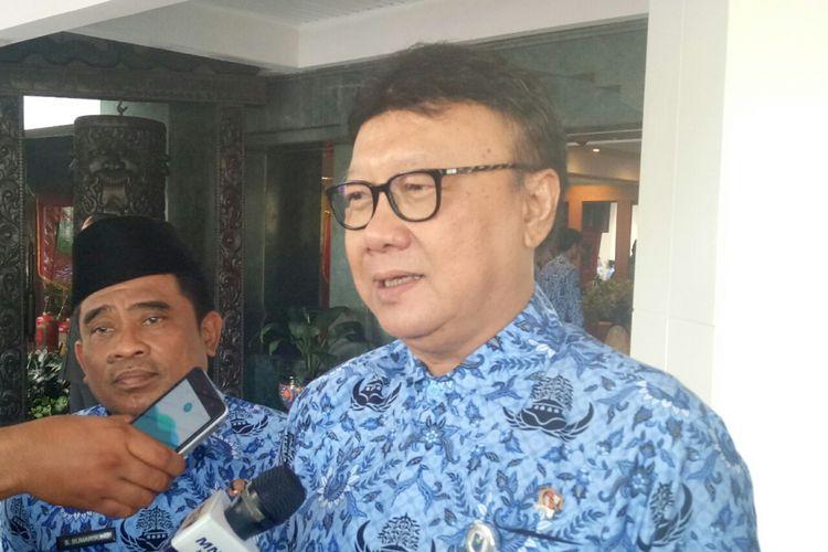 Menteri Dalam Negeri Tjahjo Kumolo saat diwawancara seusai memimpin upacara Hari Pendidikan Nasional di Kementerian Dalam Negeri, Jakarta, Selasa (2/5/2017).