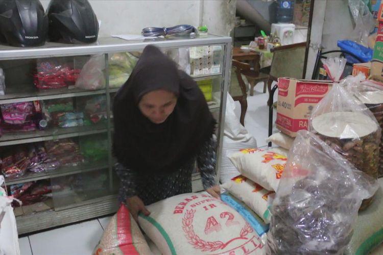 Titin Sopiatin (52) menunjukan dua buah karusng beras yang masing-masing berisi 25 kilogram yang sempat dicuri wanita lanjut usia di warungnya di kawasan pasar Celancang, Desa Purwawinangun, Kecamatan Suranenggala, Kabupaten Cirebon, Jumat (5/7/2019).