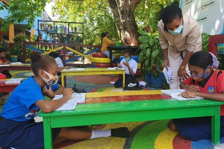Proses pembelajarqn luar ruangan yang diberlakukan SMP 3 Kota Jayapura bagi siswa yang tidak bisa mengikuti pembelajaran secara daring, Jayapura, Papua, Kamis (3/9/2020)