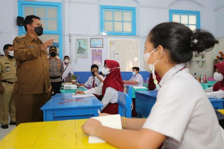 CEK PTM—Wali kota Madiun, Maidi mengecek jalannnya pelaksanaan pembelajaran tatap muka di salah satu SD di kota pecel, Senin (27/9/2021).