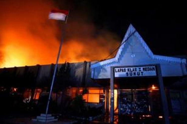 Kantor Lembaga Pemasyarakatan (Lapas) Klas I Tanjung Gusta, Medan, terbakar, Kamis (11/7/2013) malam. Lapas diduga dibakar sekelompok narapidana akibat adanya pemadaman listrik dan matinya air PDAM dalam Lapas. Diduga sekitar 300 napi berhasil kabur.