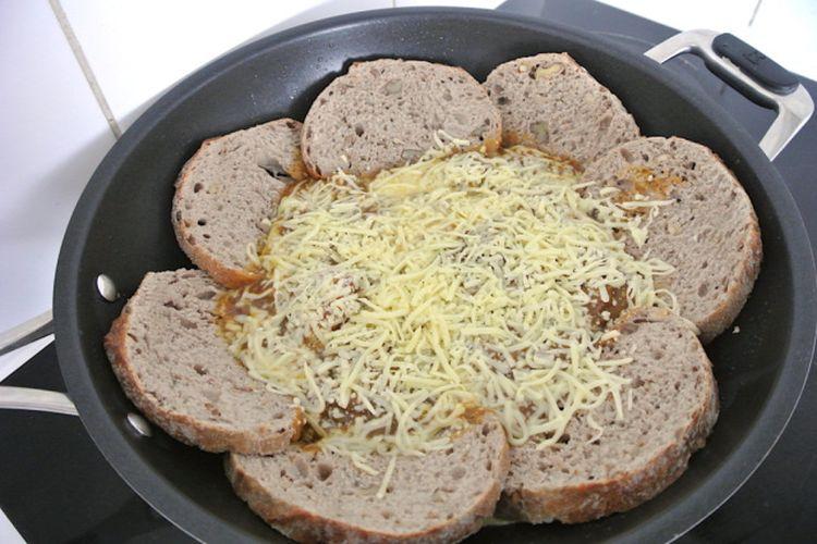 Proses memasak quiche roti kari.