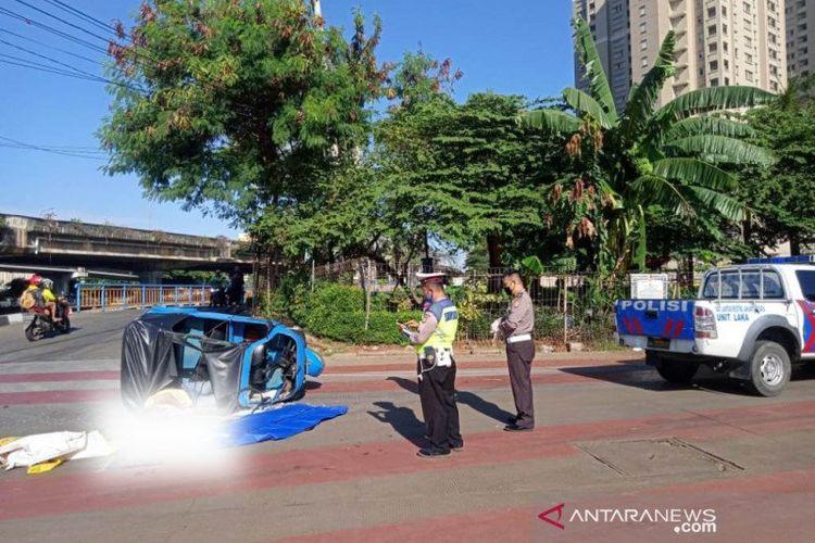 Korban kecelakaan terjadi antara Bus Transjakarta dengan Bajaj di Persimpangan Lodan Raya, Pademangan, Jakarta Utara, Senin (25/5/2020)