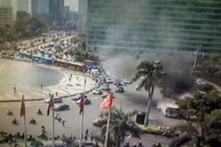 Bus Bianglala 44 terbakar di depan Bundaran Hotel Indonesia, Senin (16/12/2013).