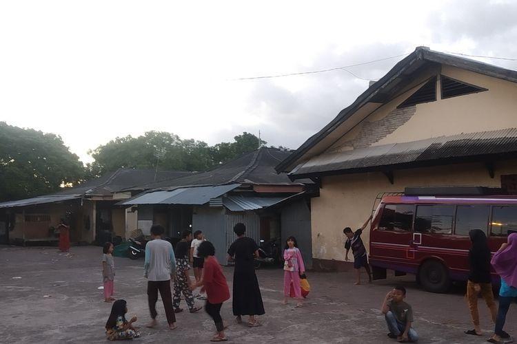 Sejumlah Anak terlihat sedang bermain di tempat Relokasi Jemaah Ahmadiyah Lombok yang berada di Kota Mataram