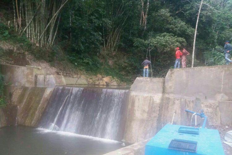 Sejumlah warga di Kabupaten Jeneponto, Sulawesi Selatan mendatangi waduk yang merenggut nyawa dua sisiwi SMP. Selasa, (4/7/2017).