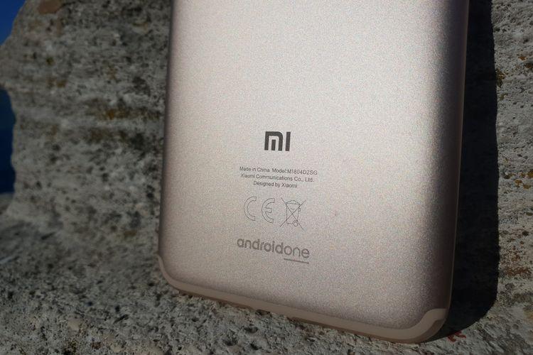 Bagian bawah di belakang terdapat tulisan Android One.