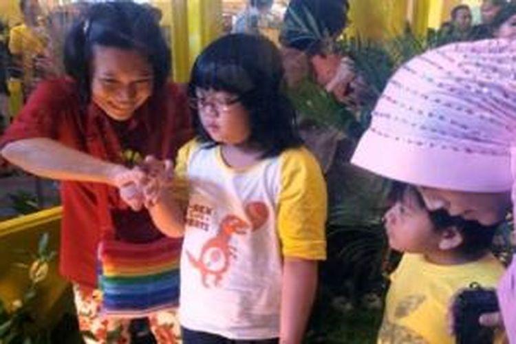 """Orangtua dan anak bermain di """"DANCOW Learn & Explore"""" di Atrium Mal Taman Anggrek, Jakarta, Sabtu – Minggu (6-7/7/2013)"""