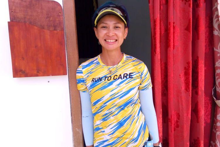 Pelari Run To Care (RTC) Aceh 2019 Carla Felany di depan kamar tidur yang disiapkan bagi wali negeri Aceh di.Kantor Bupati Aceh Jaya, pada Selasa (19/11/2019)