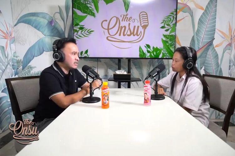 Ruben Onsu dan ibu kandung Betrand Peto, Vivi, sedang berbincang dalam sebuah konten di YouTube.