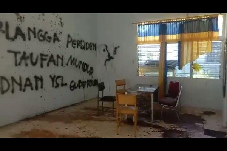 Dinding  Kantor DPD Golkar KabupatenSinjai, Sulawesi Selatan, dirusak oleh sejumlah massa. Minggu (27/6/2021). Dok Sambar