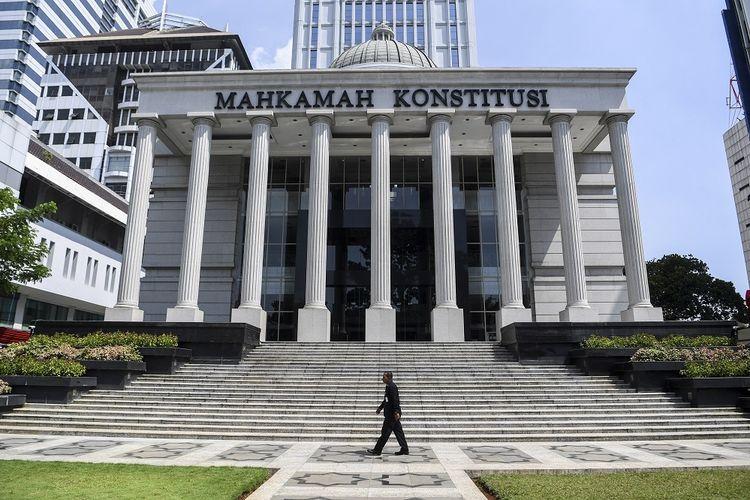 Petugas keamanan melintas di depan Gedung Mahkamah Konstitusi, Jakarta, Kamis (23/5/2019). Sesuai dengan UU Nomor 7 Tahun 2017 tentang Pemilihan Umum, MK membuka layanan penerimaan permohonan perselisihan hasil pemilihan umum 3x24 jam sejak penetapan perolehan suara oleh KPU. ANTARA FOTO/Hafidz Mubarak A/foc.
