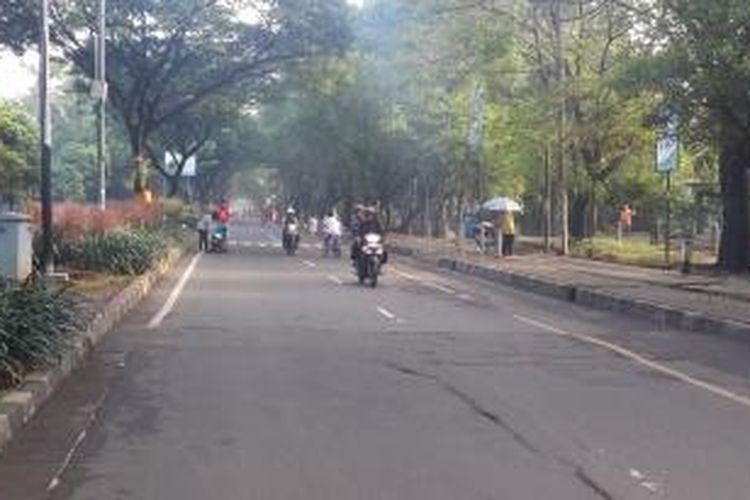 Sepeda motor melintas di kawasan Car Free Day Kecamatan Tangerang, Minggu (5/4/2015)