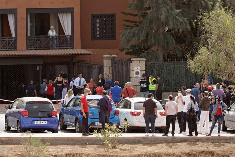 Para tamu dan staf hotel yang dikarantina karena virus corona di kota Adeje, Tenerife, Spanyol, 25 Februari 2020. Hotel ini diisolasi setelah salah satu kliennya, turis Italia, dinyatakan positif mengalami kontraksi dengan virus corona. EPA-EFE / Ramón de la