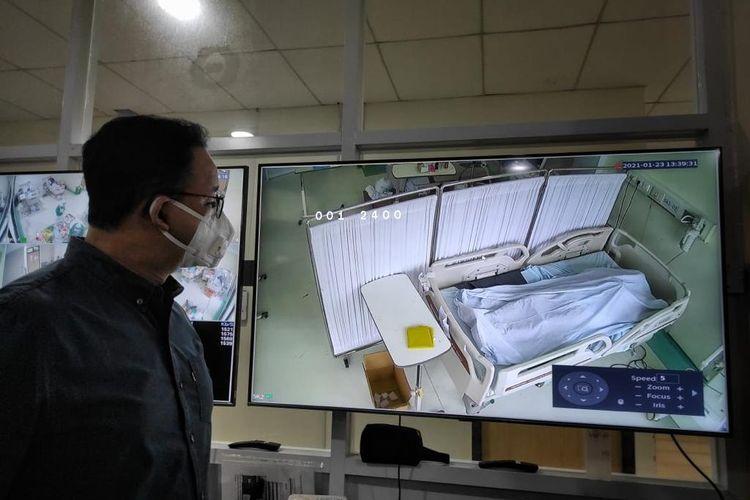 Gubernur DKI Jakarta Anies Baswedan melihat jenazah pasien Covid-19 di RSUD Cengkareng Jakarta Barat, Minggu (24/1/2021)