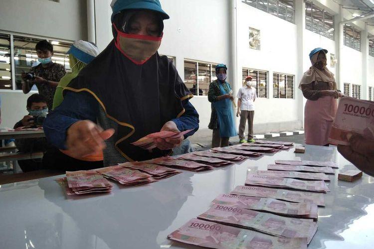 Karyawan rokok PT Djarum Kudus, Jawa Tengah secara serentak menerima tunjangan hari raya (THR) lebih awal mulai Kamis (29/4/2021).
