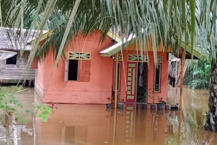 Salah satu rumah warga yang masih terendam banjir di Aceh Timur, Rabu (6/1/2021).