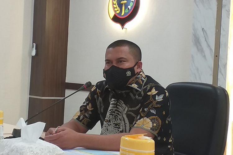 Direktur Reserse Kriminal Umum (Dir Reskrimum) Polda Riau Kombes Pol Teddy Ristiawan saat menggelar jumpa pers di Mapolda Riau di Pekanbaru, Jumat (15/1/2021). Salah satu hal yang disampaikan adalah penanganan perkara penumpukan sampah di Kota Pekanbaru, yang sudah memasuki tahap penyidikan dan bakal ada tersangkanya.