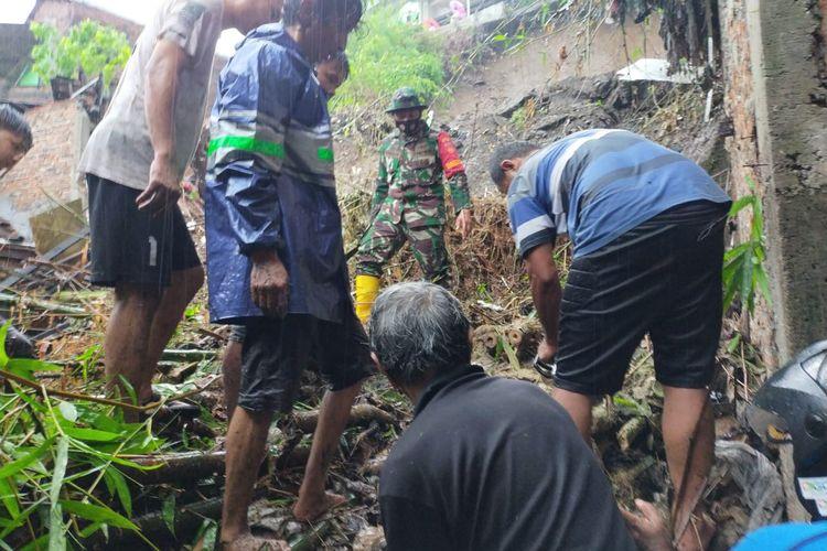 Evakuasi longsor di Kelurahan Jomblang, Candisari Semarang, Sabtu (6/2/2021).