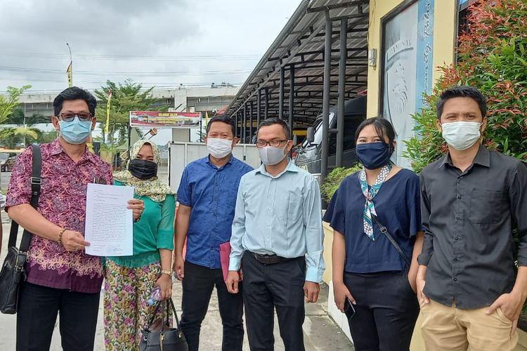 Tim hukum lima wartawan dari Jaringan Advokasi Masyarakat (JAM) Borneo bersama perwakilan AJI dan PWI Kaltim usai menyerahkan laporan ke Propam Polresta Samarinda, Sabtu (10/10/2020).