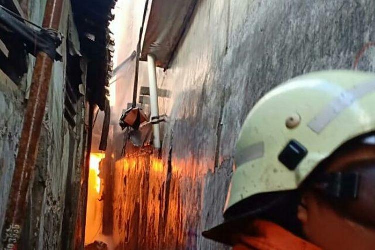 Sejumlah rumah terbakar di Jalan Tambora Raya, RT 007/RW 004, Tambora, Jakarta Barat pada Kamis (3/1/2019).