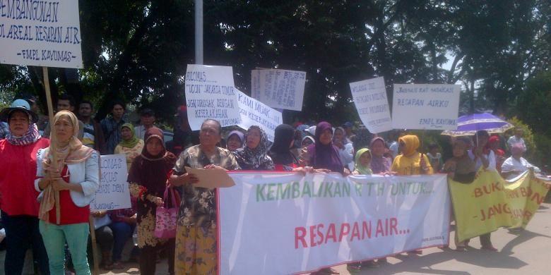 Warga Kayu Putih di Pulogadung, Jakarta Timur melakukan aksi unjuk rasa menentang pengembangan kawasan sekitar mereka menjadi area sentra bisnis. Pengembangan tersebut disebut dilakukan oleh PT Pulomas Jaya. Rabu (2/4/2014).