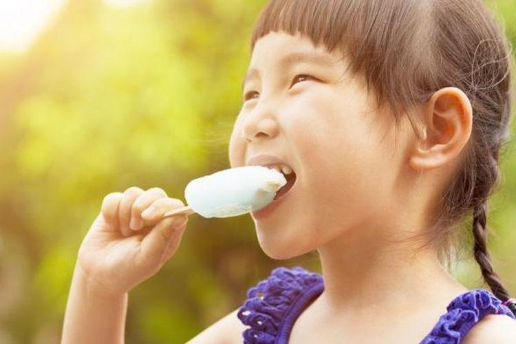 Ilustrasi anak sedang memakan es krim.