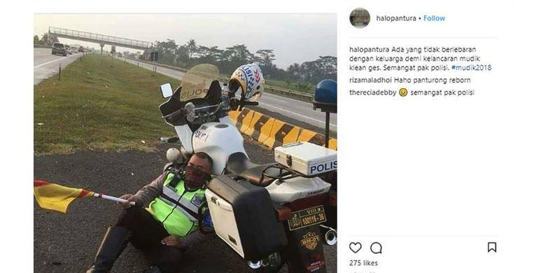 Seorang polisi tertidur karena kelelahan setelah bertugas mengatur atur mudik di Tol Cipali.