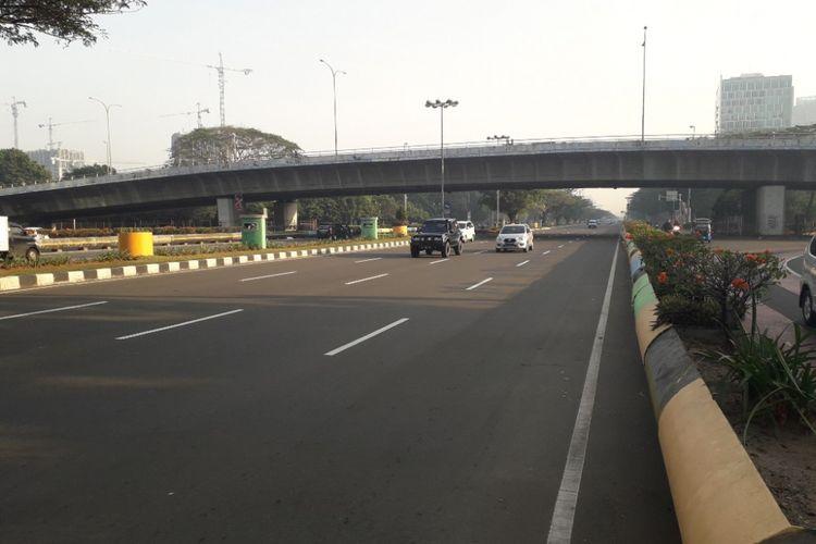 Suasana lalu lintas di Jalan Benyamin Sueb, Kemayoran, terpantau ramai lancar pada hari pertama penerapan sistem ganjil-genap di sana, Senin (2/7/2018).